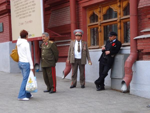 У почему товарищ Сталин без головного убора?