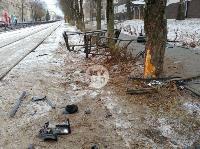 В Туле водитель Volvo снес остановку и протаранил дерево , Фото: 10