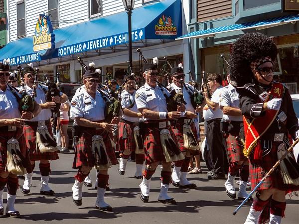 Шотландский оркестр на марше.