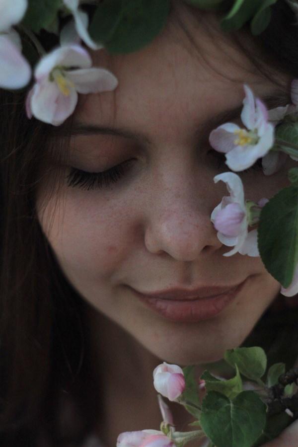Вы чувствуете, в воздухе Весна Разлила ароматы ожидания? Нас тянет в неизвестные места, Одолевают смутные желанья...