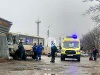 В Туле автобус с рабочими протаранил два авто и врезался в забор, Фото: 5