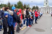 Толпа туляков взяла в кольцо прилетевшего на вертолете Леонида Якубовича, чтобы получить мороженное, Фото: 7
