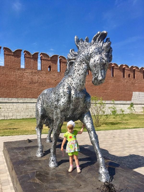 Конь из букв. Казанская набережная