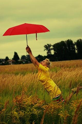 Не растаешь, не промокнешьИ прическу не испортишь,В дождик выйдешь — повезет,Если есть красивый зонт!