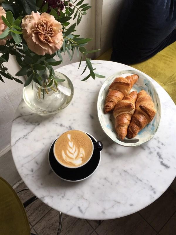 Кофе с круассанами на завтрак - прекрасное начало дня!