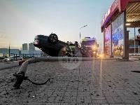 В Туле перевернувшаяся легковушка приземлилась у автомойки, Фото: 2