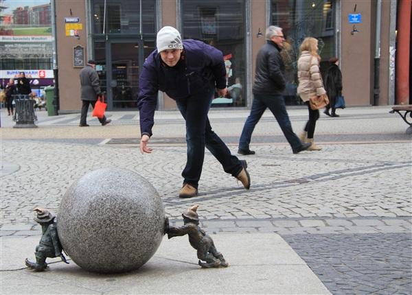 """Страйк!!! Польша.4/01/2013. На улице +5. Во Вроцлаве с 2001 года установлены бронзовые Гномики, количество которых постоянно растёт.  На фото гномы-""""Сизифы"""""""