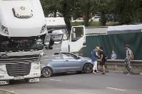 В Туле на Калужском шоссе столкнулись фура и легковушка, Фото: 6