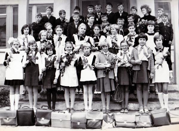 Ура, школа! Тут мне 12 лет, я в 5-м  классе 1980-1981 учебный  год. Наш класс весь перевели в 8 среднюю школу г. Тулы из за большой загруженности предыдущей школы, где и проучилась до конца школьного образования . На тот момент это была 10-летка.