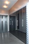 Большая зона хранения в коридоре закрыта зеркальными складными дверями, что позволяет экономить пространство и визуально расширить его, Фото: 7