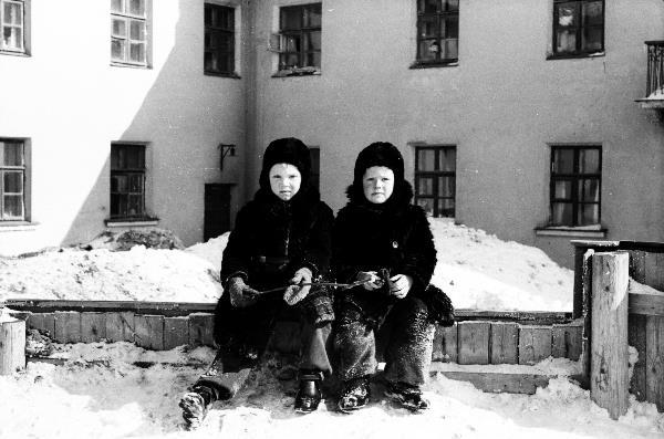 Мы с Серёгой в нашем дворе на Рогоженке.