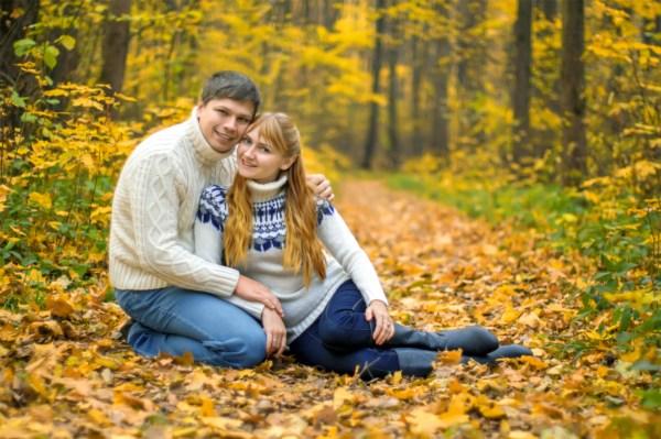 На ковре из желтых листьев. На фото-Петровы Сергей и Екатерина.