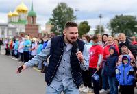 Толпа туляков взяла в кольцо прилетевшего на вертолете Леонида Якубовича, чтобы получить мороженное, Фото: 18