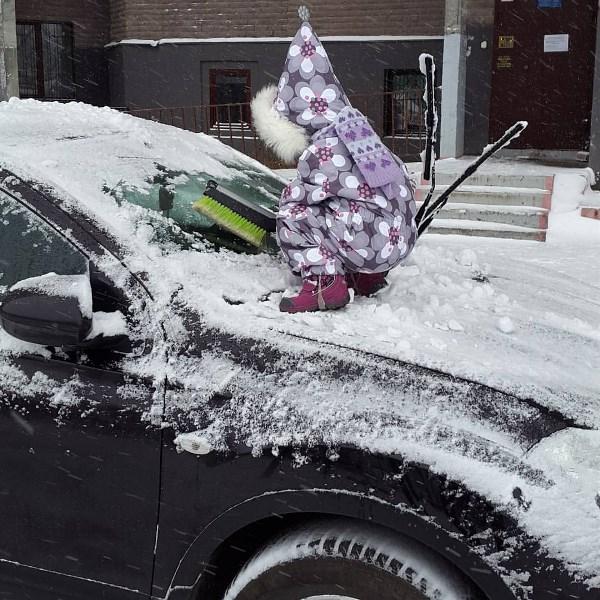 Зима пришла, и маленькие гномики чистят машины)) Доча друга.