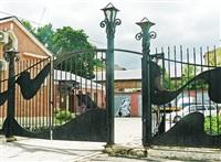 Тула, пр. Ленина, 47. За этими асимметричными воротами «спряталось» граффити, Фото: 9