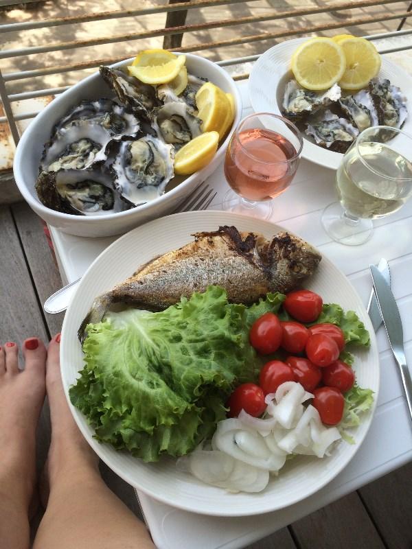 """Тоже минимум готовки: только рыбу пожарить на масле. И можно приступать к """"красиво жить не запретишь"""". Рыба и устрицы - свежак с утреннего рынка в старом порту Марселя, на обед уже на столе."""