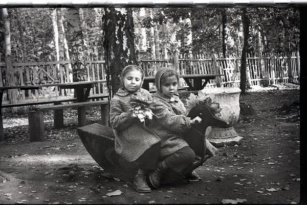 С сестрой-двойняшкой Женькой в Детском городке Центрального парка Тулы. 1963 год.