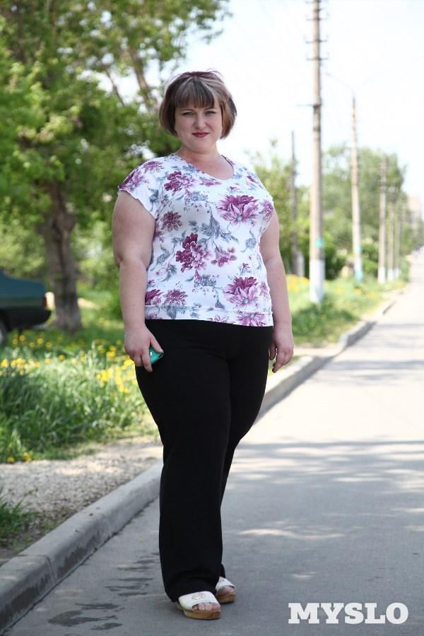 Надежда Головина, 27 лет. Рост 170 см, вес 135 кг: «Мой вес – катастрофа! Я хочу доказать себе и другим ожиревшим людям, что ещё не всё потеряно. Хочется в ближайшем будущем родить ребёнка, быть красивой мамой на радость мужу и малышу. С одеждой стали возникать проблемы – каждый год поправляюсь на один размер. Страшно за свою жизнь».
