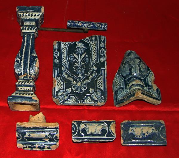 Части изразцового печного набора, середина-конец 18 века. Колонна, плоский фасадный изразец, фрагмент угловой полуколонны, карниз, пояски.