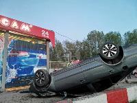 В Туле перевернувшаяся легковушка приземлилась у автомойки, Фото: 4