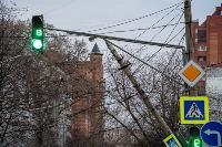 В центре Тулы на грузовую фуру упал электрический столб, Фото: 1