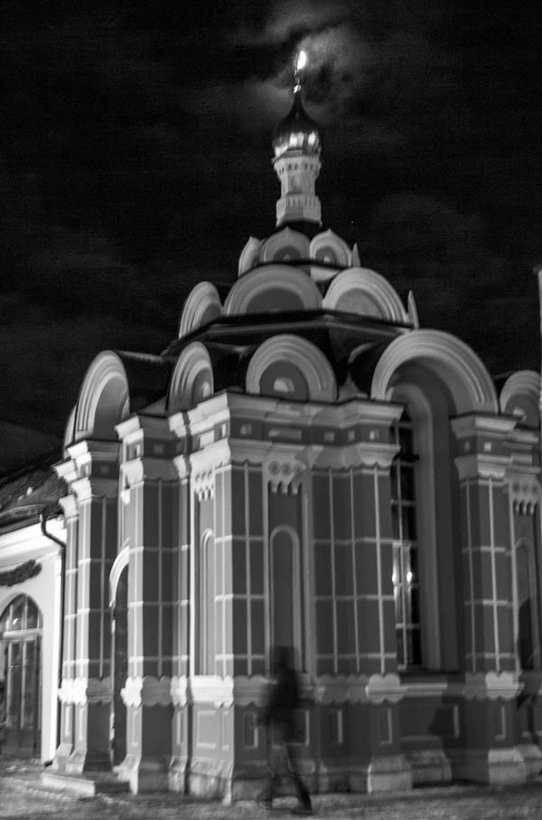 В 1879 году тульский купец Артёмов перестроил после пожара часовню, вложив часть своих средств и пожертвования жителей Пятницкой (Металлистов) улицы. ,великомученица Параскева Пятница, особо почитаемая народом нашим, как хранительница домашнего христианского очага, по молитвам которой Господь дарует семейное благополучие...