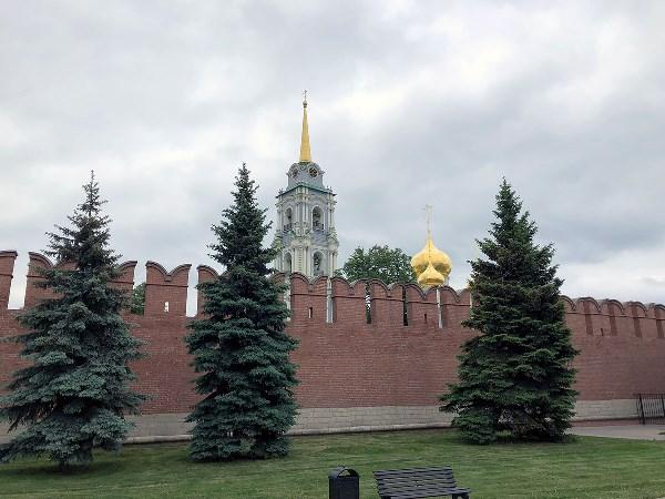 За кремлёвскою стеной.