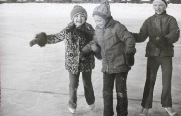 Уличная мода. Светлана, 7 лет. Полушубок из стриженого кролика под леопЁрда с манжетами из песца. Красные трикотажные брюки, шапка бини в полоску.