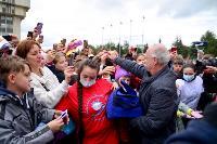 Толпа туляков взяла в кольцо прилетевшего на вертолете Леонида Якубовича, чтобы получить мороженное, Фото: 39