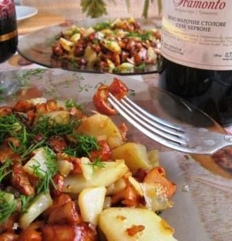 Лисички, жаренные с луком и  картошечкой:)