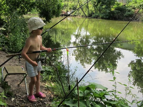 Внук Ваня на пруду в Ревякино.