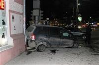 В центре Тулы после ДТП иномарка отлетела на ступени магазина , Фото: 3