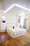 Кровать и ниши по бокам «встроены» в перегородку, за которой находится гардеробная., Фото: 2