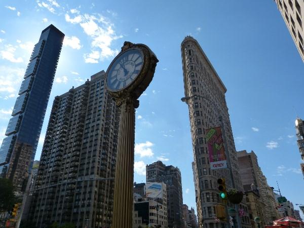 Дом-утюг, Нью-Йорк, CША....ну и часы