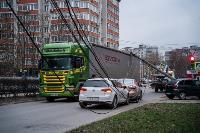 В центре Тулы на грузовую фуру упал электрический столб, Фото: 18