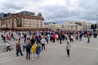 Толпа туляков взяла в кольцо прилетевшего на вертолете Леонида Якубовича, чтобы получить мороженное, Фото: 73