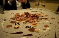 Десерт, разложенный прямо на столе, Фото: 2