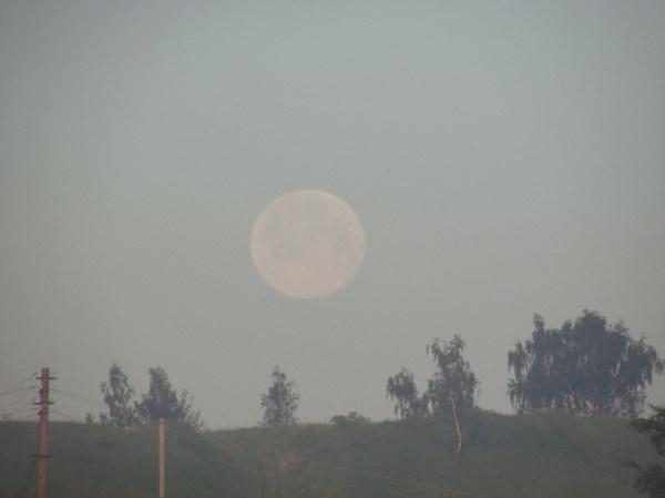 Вот такая луна в посёлке Ленинский ( 4 утра)