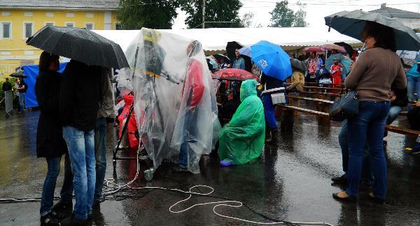 Фестиваль Крапивы. Ждём начала концерта гр. Петра Налича. А дождь всё не унимается