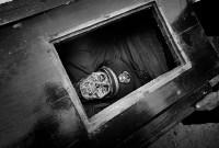 «Жить ради смерти» – финалист в категории циклов. В Тораджи (Индонезия) ритуалы, связанные с погребением, очень сложные. После смерти человека семье могут потребоваться недели, месяцы или даже годы, чтобы захоронить его. Все это время родные считают его «больным» и держат дома. В районе Пангала существует церемония Манене, которая проходит после сбора урожая. Во время её проведения гробы открываются, жители достают из них мумии, очищают, сушат на солнце и переодевают., Фото: 13
