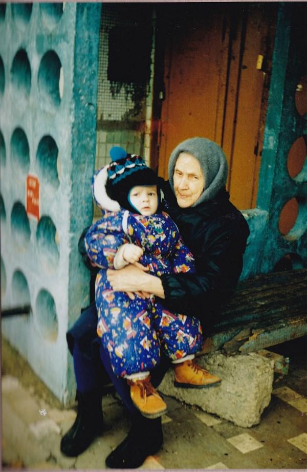 Только родные люди способны любить.  Рядом с прабабушкой. 1997 год