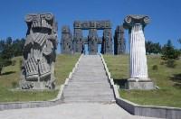 Монумент «История Грузии». Установлен вблизи Тбилисского моря. Композиция состоит из трёх рядов 35-метровых колонн, на которых в виде барельефов изображены грузинские цари и поэты. Работа над ним продолжается., Фото: 7