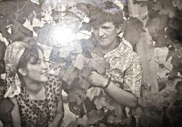 Только истинные любящие могут прожить всю жизнь вместе.  Помогая друг другу в нужный момент. Муж и жена ведь лучшие друзья друг для друга. Вырастить совместных любимых детей, получить любящих  внуков. Наши с сестрой родители. Тут они совсем еще молоденькие. У виноградной лозы.  1966 год