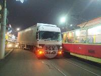 В Пролетарском округе Тулы пробка из-за ДТП с грузовиком и легковушкой, Фото: 2