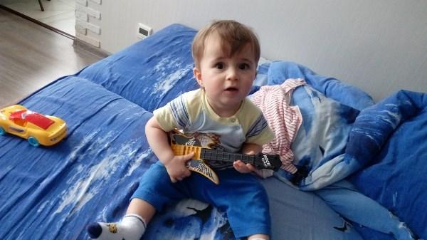 Я играю на гитаре. Могу Битлз, могу Шизгаре...