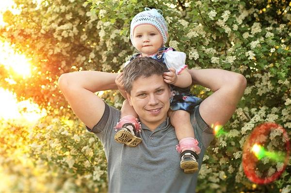 Улыбка мужа как лучик солнца! На фото Сергей Петров с дочкой Лизой.