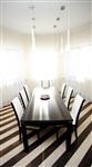 Столовую зону выделяет «полосатый» пол, «приподнятый» над столом потолок и два ряда светильников. , Фото: 8