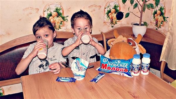 Ездить не нужно далеко,Чтобы попить вкуснейшее молоко,Просто в любом магазине надо Купить пакет молока ТУЛЬСКОГО МОЛОЧНОГО КОМБИНАТА)))          На фото Анастасия Макарочкина и Владислав Пьянков .2014 г.