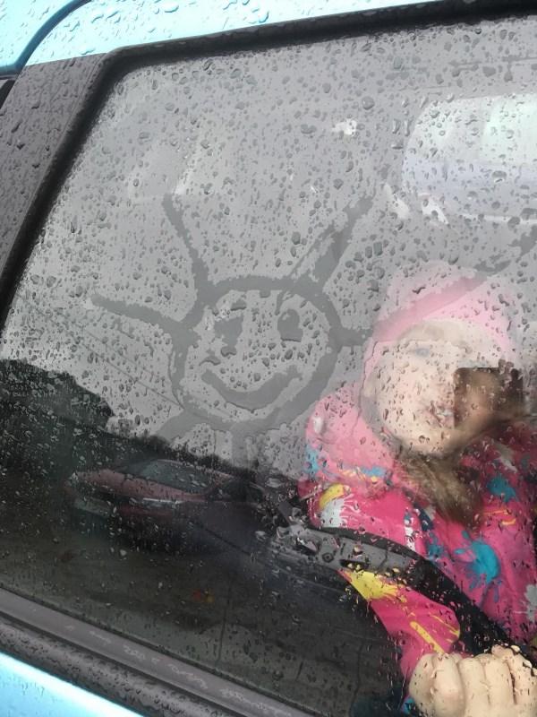 Дождик снаружи-солнышко в душе!)