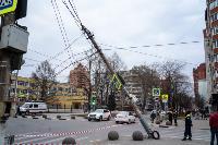В центре Тулы на грузовую фуру упал электрический столб, Фото: 7